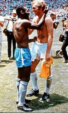 England's Bobby Moore shakes hands with Brazil's Pelé after Brazil defeated England, in the 1970 World Cup. Football Icon, Retro Football, World Football, Football Shirts, School Football, Football Gif, Bobby Moore, Football Images, Sports Images