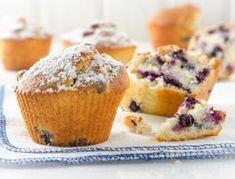 Für die Heidelbeer-Muffins das Ei mit dem Zucker schaumig rühren. Öl und Buttermilch unterrühren und weiter schaumig schlagen. Backpulver und