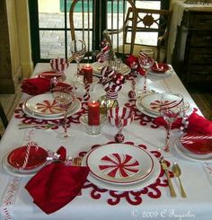 Red and White Christmas Tablescape.so pretty Christmas Table Settings, Christmas Tablescapes, Christmas Table Decorations, Decoration Table, Christmas Themes, Peppermint Christmas Decorations, Christmas Dishes, Noel Christmas, White Christmas