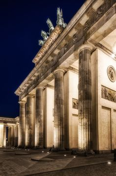 Brandenburger Tor (1791), Pariser Platz, Berlin - The Brandenburg Gate is a former city gate and one of the main symbols of Berlin and Germany.