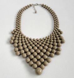 Maxi colar confeccionado com bolas de resina e acabamentos em metal niquelado. <br>Perímetro interno: 39 cm + 6 cm de corrente extensora <br>Largura meio do colar: 8,5 cm