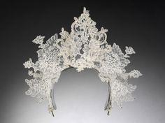 L'exposition Wedding dresses 1775 2014 http://www.vogue.fr/mariage/adresses/diaporama/deux-siecles-de-robes-de-mariee-au-v-a/16760#!l-039-exposition-wedding-dresses-1775-2014-va-tiare-en-dentelle-ancienne-realisee-par-philip-treacy-pour-le-mariage-de-nina-farnell-watson-et-edward-tryon-londres-2008