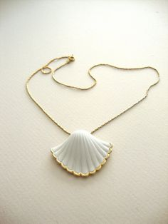 Gold Sea Shell Necklace : Golden Waves vintage by SurLhistoire