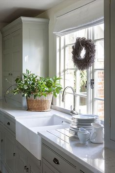Over the years, many people have found a traditional country kitchen design is just what they desire so they feel more at home in their kitchen. Cosy Kitchen, Home Decor Kitchen, New Kitchen, Kitchen Dining, Kitchen Ideas, Butler Sink Kitchen, Belfast Sink Kitchen, Kitchen Sink Window, Kitchen Worktop