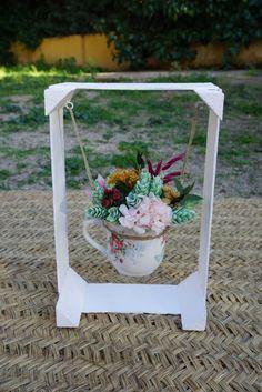 Flores secas, preservadas y artificiales en una taza de cerámica