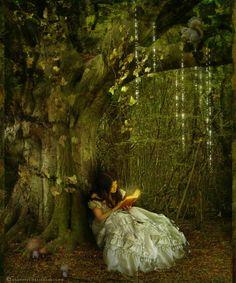 — А что это за звуки, вон там? – спросила Алиса, кивнув на весьма укромные заросли какой-то симпатичной растительности на краю сада.  — А это чудеса, – равнодушно пояснил Чеширский Кот.  — И.. И что же они там делают? – поинтересовалась девочка, неминуемо краснея.  — Как и положено, – Кот зевнул. – Случаются…