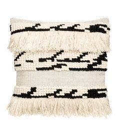 Luonnonvalkoinen/Kuviollinen. Puuvillainen tyynynpäällinen. Kuviopintainen ja hapsullinen etupuoli, toinen puoli kangasta. Piilovetoketju.