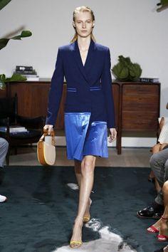 Quanto às roupas: transparência, floral, assimetria, plissado e drapeado são as palavras da vez.