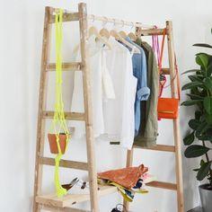 Un portant à vêtements avec des échelles en bois