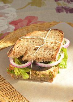 Veknica od sveže tunjevine sa graškom i paprikom iz turšije