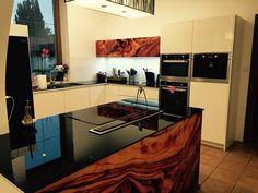 Farebná kuchynská zástena, pracovná doska a obklad s grafikou z kaleného bezpečnostného skla.