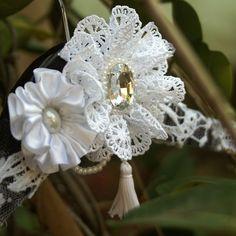 Cabide de Noiva Boho Wedding Dress Hanger, Wedding Dresses, Fabric Flowers, Wedding Accessories, Hobbies, Wedding Inspiration, Sewing, Diy, Bride Groom Dress