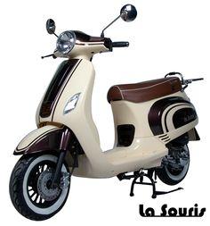 Deze Vespelini Scooter in Cappuccino / Vanille is door La Souris zelf ontworpen. Dit houdt in dat deze scooter nergens anders verkrijgbaar is. De scooter is voorzien van een halogeen koplamp, geïntegreerde knipperlichten en Led Remlicht. Dit model lijkt veel op de Vespa LX. De scooter wordt geleverd met een gratis chromen bagagerek, chromen charterkap en white wall banden t.w.v. € 150,00.