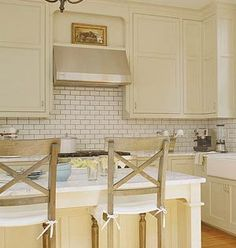 Cream Kitchen Cabinets with White Subway Tile Backsplash Cream Kitchen Cabinets, Kitchen Colors, Kitchen Backsplash, Backsplash Ideas, Cream Cupboards, Yellow Cabinets, Beige Cabinets, Laundry Cabinets, Shaker Kitchen