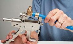Plomberie : Comment poser un raccordement pour tube PER ? Les conseils de Système D pour une alimentation d'eau réussie.