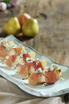 Los bocaditos de pera y jamón serrano es la botana perfecta para dar de botana en una fiesta. Es una receta fácil, practica y que se prepara en pocos minutos. La entrada de pera y jamón es perfecta para una reunión.