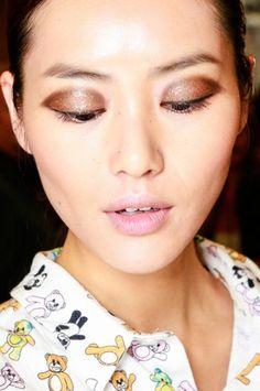 Upgrade deze Oud & Nieuw gemakkelijk je beauty-look met hier en daar wat goud. Vogue en make-up artist Eva Copper leggen uit.