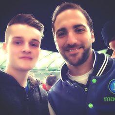 Higuain con un tifoso dopo Wolfsburg-Napoli
