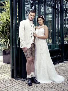 ivory-goldfärbiges Sakko kombiniert mit Spitzen-Hochzeitskleid Lace Wedding, Wedding Dresses, Fashion, Newlyweds, Wedding Dress Lace, Dress Wedding, Curve Dresses, Bride Gowns, Wedding Gowns