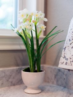 HGTV: See how designers Chip and Joanna Gaines use the simplest accessories to add elegance to a master bathroom, on Fixer Upper Season Magnolia Farms, Magnolia Homes, Magnolia Market, Chip Et Joanna Gaines, Fixer Upper Joanna, Flower Arrangements Simple, Exterior Makeover, New Home Builders, Design Blog