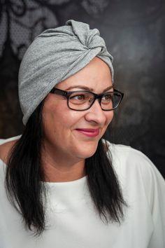 Kényelmes és divatos viselés. #turbán #szürketurbán #szürke #divatos #divat  #nőiturbán #női Turbans, Woman, Trending Outfits, Grey, Unique Jewelry, How To Wear, Vintage, Fashion, Gray