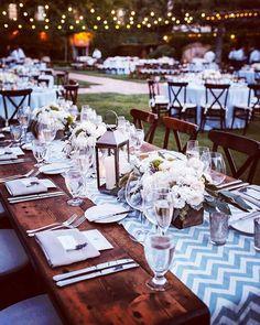 Padrão Chevron nas toalhas das mesas, cool, atual e Boho ao mesmo tempo, gostamos muito! #inspiration #casarnocampo #casalboho #casamentoboho #boho #bohochic #estilobohochic #decor