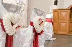Dekoration für die Stühle für Braut und Bräutigam in der Kirche. Foto: http://weddings.lauramoellemann.de