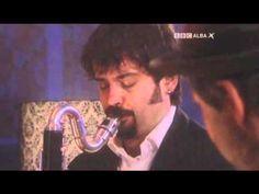 Španělská kapela Marful se ispirovala kavárenským stylem 30. až 50. let, v jejich hudbě se objevujetango, habanera, paso doble, bolero či w...