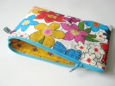 Lovely Clear job description Tips on how to sew a zippered pocket in Dutch Luxurious Clear job description Tips o. Quilt Tutorials, Sewing Tutorials, Sewing Projects, Sewing Patterns, Popsicle Stick Crafts, Craft Stick Crafts, Bead Crafts, Diy Crafts, Sewing For Kids