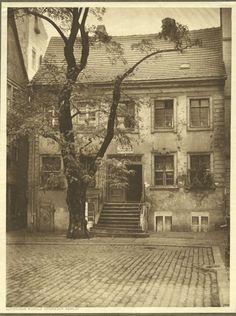 Wo wurde dieses Bild aufgenommen? Es entstand in einer mittelalterlichen Wohnanlage, die aus mehreren Fachwerkbauten bestand. Sie wurde im 13. Jahrhundert von in der Nähe des Molkenmarktes ansässigen jüdischen Familien errichtet und erhielt deshalb...
