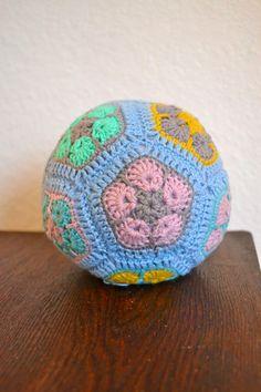 En hæklet bold af African Flowers..