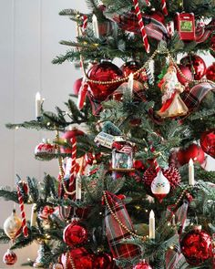 Nostalgia-Inspired Christmas Tree - How to Decorate a Christmas Tree inspired by the past.A Nostalgia-Inspired Christmas Tree - How to Decorate a Christmas Tree inspired by the past. Tartan Christmas, Cozy Christmas, Christmas Holidays, Christmas Crafts, Christmas Tree Gold And Red, Christmas Ideas, Southern Christmas, Christmas Ornaments To Make, Scandinavian Christmas