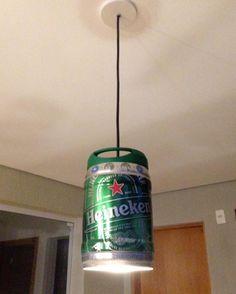 Luminária feita com barril de 5 litros da cerveja Heineken