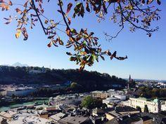 Der Ausblick vom Kapuzinerberg ist zu jeder Jahreszeit ein Hit. Allerdings im Herbst ganz besonders, da die vielen bunten Blätter der Stadt Salzburg einen ganz besonderen Charme verleihen. Nicht nur die zahlreichen Touristen, sondern auch die Einheimischen genießen gerne das wundervolle Panorama vom Kapuzinerberg aus. #KC