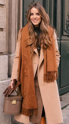 32 Inspiring Women Trench Coats Ideas To Wear In Fall Season - The trench coat was made as a refreshed wear for French and British soldiers in World War I. This sort of coat turned out to be so famous around the g. White Sweater Outfit, Trench Coat Outfit, Brown Outfit, Sweater Outfits, Camel Outfits, Fall Fashion Trends, Autumn Fashion, Paris Winter Fashion, Fashion Ideas