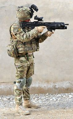 British Army Soldier in Full Combat Dress in Afghanistan by Defence Images Military Photos, Military Gear, Military Police, Military Weapons, Military History, Military Uniforms, British Armed Forces, British Soldier, Airsoft