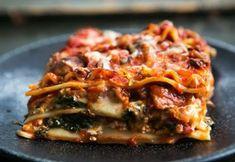 Lasagna vegetariana cu spanac si ciuperci este un preparat delicios, cremos si consistent. Este ideala pentru mesele in familie.