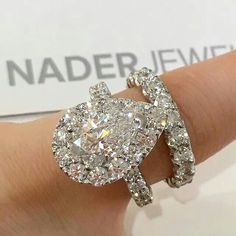 Diamond Rings : L-O-V-E this engagement ring and wedding band set! - Buy Me Diamond Sparkling Diamonds, Diamond Rings, Diamond Jewelry, Solitaire Rings, Diamond Ice, Pear Diamond, Ringa Linga, Dream Engagement Rings, Bracelets