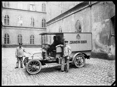 Vůz městského zdravotního odboru ve dvoře Staroměstské radnice. 1914