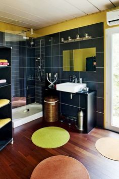 Maxi douche et jeu de couleurs pour une salle de bains moderne - 25 belles salles de bains qui optimisent l'espace - CôtéMaison.fr