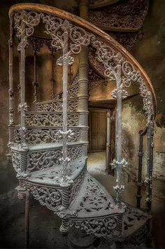 Abandoned Spiral Staircase of the Victorian Era Abandoned Mansions, Abandoned Houses, Abandoned Places, Old Houses, Grand Staircase, Staircase Design, Beautiful Architecture, Beautiful Buildings, Architecture Jobs