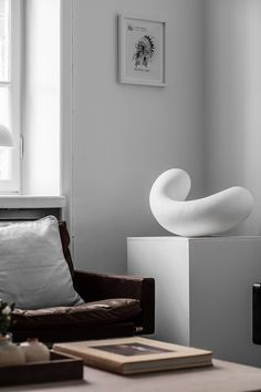 TDC: Leather furniture by Poul Kjærholm for Fritz Hansen & sculptural pieces