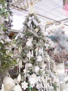 an all white theme abounds in this Christmas tree theme