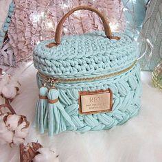 Marvelous Crochet A Shell Stitch Purse Bag Ideas. Wonderful Crochet A Shell Stitch Purse Bag Ideas. Bag Crochet, Crochet Diy, Crochet Basket Pattern, Crochet Handbags, Crochet Purses, Crochet Home, Crochet Crafts, Crochet Patterns, Crochet Bag Tutorials