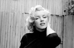 Marilyn Monroe photographiée par Alfred Eisenstaedt chez elle, dans la cour de son appartement de Doheny Driveen Mai 1953 - reportage...