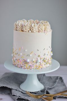 Weißer Kuchen mit Vanille-Buttercreme – Backen mit Blondie White cake with vanilla buttercream – baking with blondie bake cream Pretty Cakes, Cute Cakes, Beautiful Cakes, Amazing Cakes, White Cake Mixes, Cake Board, Drip Cakes, Savoury Cake, Let Them Eat Cake