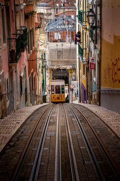 Blogues Maravilha: Lisboa vista por estrangeiros Três estrangeiros em Lisboa, três olhares com a distância necessária de quem presta atenção aos pequenos detalhes. @davecurry8: está a viajar pelo...