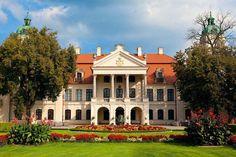 Miłośnik sztuki ordynat Zamoyski mieszka tu po sąsiedzku z Leninem, który objął we władanie hrabiowską powozownię. Pałac w Kozłówce zaskakuje na każdym kroku.