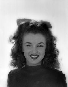 Photo by Andre de Dienes, Elton Johns songlyrics about her were just beautiful Young Marilyn Monroe, Norma Jean Marilyn Monroe, Marilyn Monroe Photos, Old Hollywood Stars, Old Hollywood Glamour, Vintage Glamour, Erik Satie, Pin Up, Norma Jeane