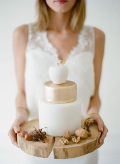 gold and white wedding cake, perfect for fall! photo by Greg Finck